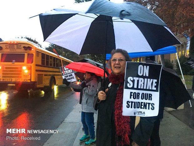 ABD'de öğretmenler sokaklarda