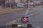 لحظه وحشتناک پرتاب شدن کودک به بیرون از ماشین درحال حرکت