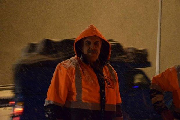 ۳۳ اکیپ مشغول برفروبی راههای برفگیر مازندران هستند