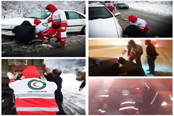 امدادرسانی به ۱۴۲ خودروی گرفتار برف در محورهای استان کرمانشاه
