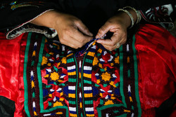 İran'daki altın renkli tellerle yapılan kumaşlardan kareler