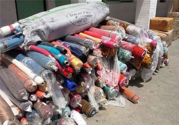 محموله پارچه قاچاق مخفی شده زیر بار پلاستیک در ساوه کشف شد