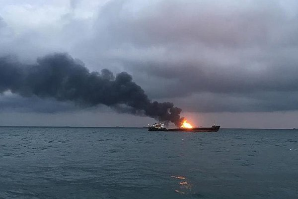 Kerç Boğazı'nda içinde Türklerin de bulunduğu iki gemi alev aldı