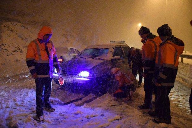 امدادرسانی به ۱۵ خودرو گرفتار در برف/جاده های دامغان باز است