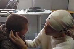 Suriyeli çocuğa Esma Esad'dan hediye