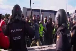 جلیقهزردهای اسپانیا تظاهرات کردند/ پلیس با معترضان درگیر شد