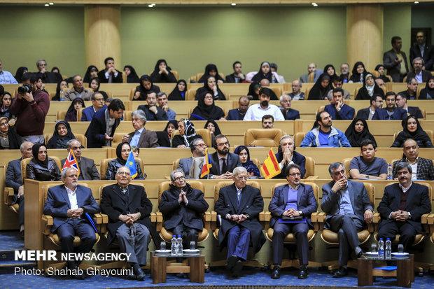 إيران تقوم بتكريم باحثين دوليين في مجال العلوم الإنسانية والعلوم في البلاد