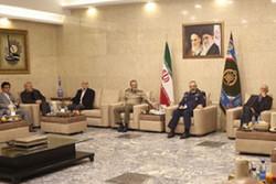 فرمانده کل ارتش با جمعی از خلبانان آزاده نیروی هوایی دیدار کرد