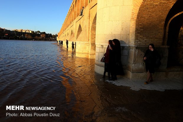 Water flows into dried-up Zayanderud