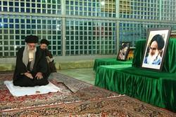 Leader visits Imam Khomeini holy shrine, martyrs cemetery