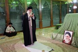 قائد الثورة الاسلامية يزور مرقد الإمام الخميني (ره) وشهداء الثورة الإسلامية