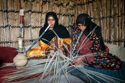 """حياكة الحصير في """"بندر جاسك"""" صناعة تقليدية شارفت على الانقراض"""