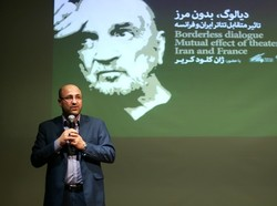 Theater Forum director Shahram Gilabadi speaks during a session held at the center in Tehran on January 29, 2019 to discuss the theatrical interactions between Iran and France. (ILNA/Mehdi Nasiri)