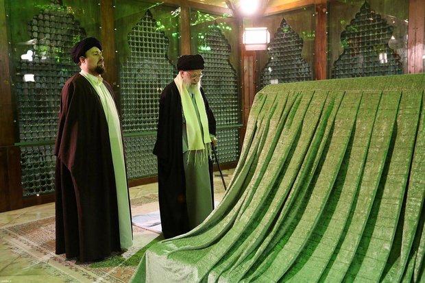 رهبر معظم انقلاب در مرقد امام خمینی(ره) وگلزار شهدا حضور یافتند