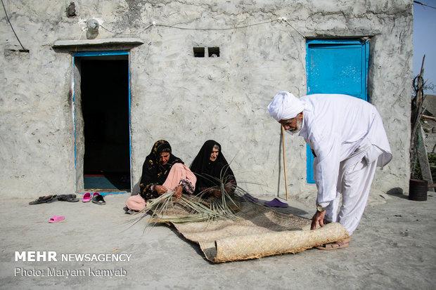 معدود زنانی که در روستاهای جاسک به حصیربافی مشغولند