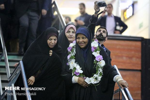 المذيعة الإيرانية مرضية هاشمي تصل طهران