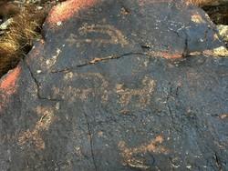 تعدادی سنگ نگاره در اردستان توسط مردم محلی کشف شد/قدمت مشخص نیست