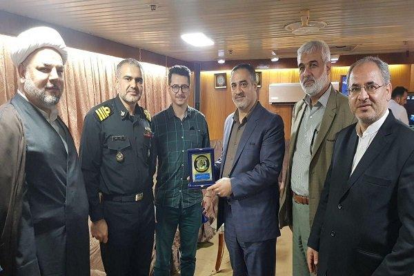 نشان ناوشکن سهند به احمد ابوالقاسمی مدیر رادیو قرآن اهداء شد