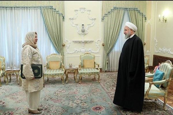 Pakistan's new amb. to Iran presents credential to Pres. Rouhani