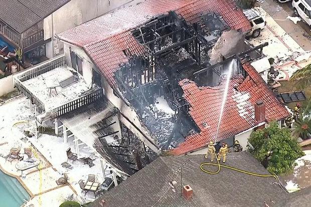 سقوط یک فروند هواپیما بر روی منزلی مسکونی در کالیفرنیا