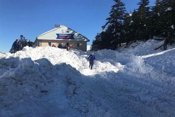 Uludağ'da şok! Vatandaşlar otelin çatısından düşen karın altında kaldı