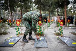 فرماندهان قرارگاه شمال شرق ارتش گلزار شهدا را عطر افشانی کردند