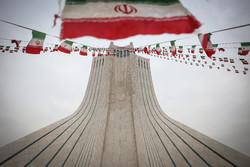"""تزيين ساحة """"آزادي"""" بأعلام الجمهورية الاسلامية /صور"""