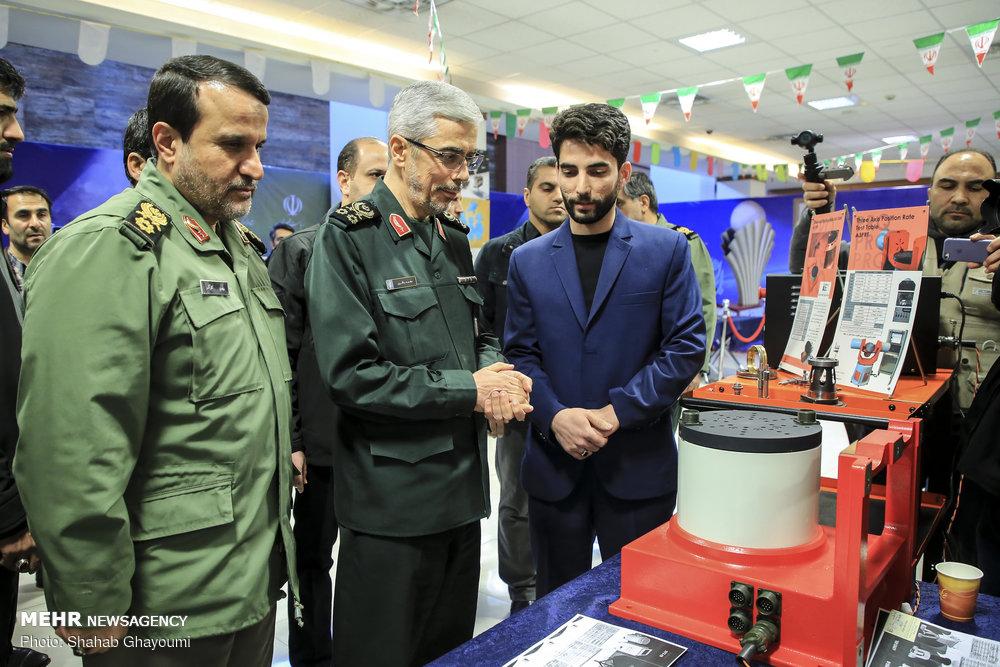 بازدید سرلشکر باقری از نمایشگاه دستاوردهای انقلاب