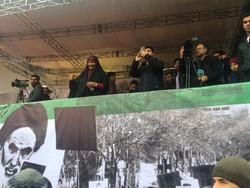 حضور مرضیه هاشمی در میان راهپیمایان ۲۲ بهمن