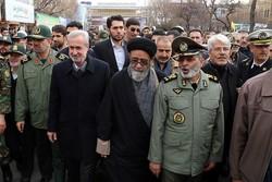 حضور فرمانده کل ارتش در جمع راهپیمایان تبریزی/ امضای طوماری جالب