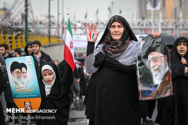 شوارع طهران تنبض بالثورة الإسلامية في ربيعها الأربعين