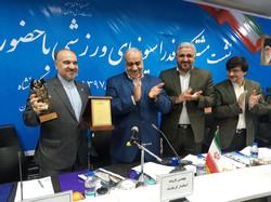 تندیس زلزله به وزیر ورزش اهدا شد