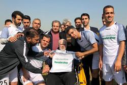 پیراهن شماره ۱۷ رسانه ورزش به شادمانی اهدا شد/ نوشته علی دایی برای مهدی