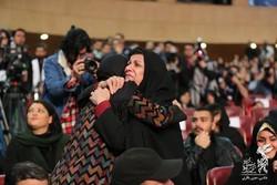"""تصویری از مادر شهیدان منصوری به همراه بازیگر """"شبی که ماه کامل شد"""""""
