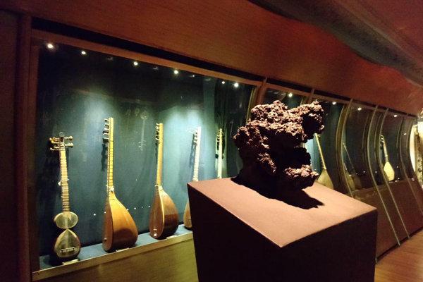 Italian ambassador donates sculpture to Music Museum of Iran