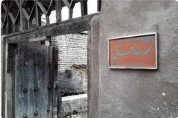 کاشی ماندگار بر درب منزل خنیاگر موسیقی نواحی نصب شد