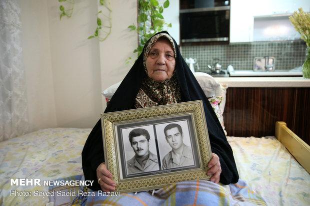 مادر شهیدان ملا عباسی ( شهیدان رسول و منصور ملاعباسی در سال 59 در منطقه سر پل ذهاب و اهواز به شهادت رسیدند)