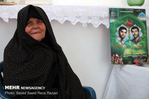 مادر شهیدان کریم پناه (فرزندان وی در سالهای 1362 ،1365 به شهادت رسیدند)