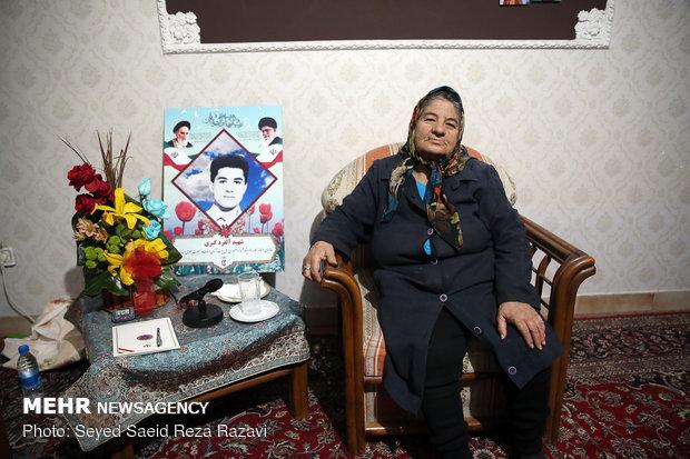 مادر شهید آلفرد گبری ( شهید آلفرد گبری در سال 70 در منطقه گیلانغرب به شهادت رسید.)