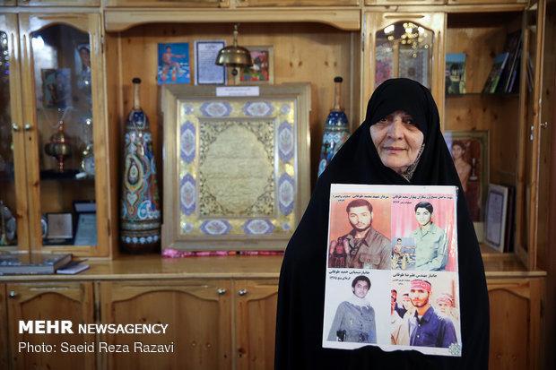 مادر شهیدان طوقانی ( شهیدان سعید و محمد طوقانی در سال 63 در جزیره مجنون و درسال 62 در منطقه فکه به شهادت رسیدند)