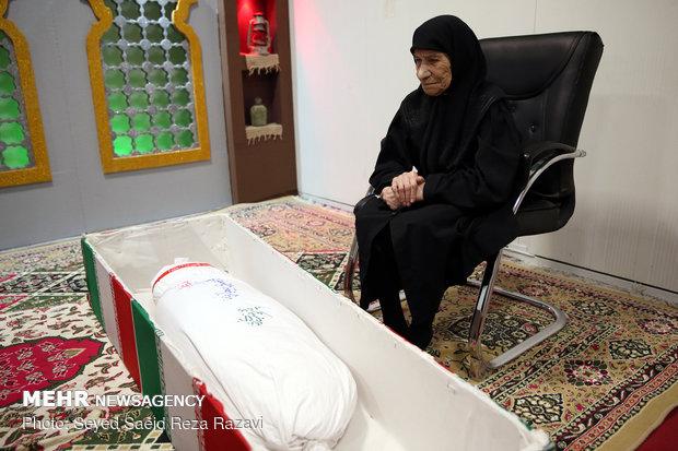 مادر شهید محمد عمویی ( شهید محمد عمویی در سال 61 و در منطقه عملیاتی سومار به شهادت رسید)