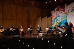 فرقة ايرانية تعزف العود في اختتامية مهرجان فجر السينمائي