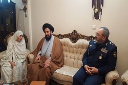 فرمانده نیروی هوایی ارتش با مادر شهیدان باقری و ملایری دیدار کرد