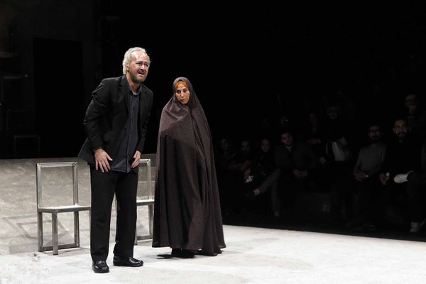 ازدحام مخاطبان برای دیدن یک نمایش/ پای پلیس به «تئاتر فجر» باز شد