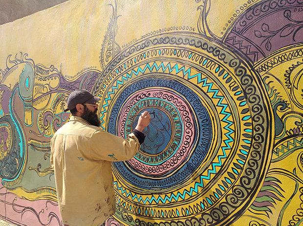 عادل یزدی نقاشی دیواری«زیارت» راخلق کرد/فرشی از سرو زیرپای گردشگر
