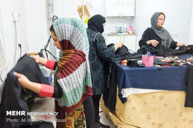 افسانه حسنوند با استفاده از تسهیلات وام 30 میلیون تومانی که در اردیبهشت ماه سال 97 دریافت کرده، گارگاه خیاطی خود را در شهرستان مسجدسلیمان گسترش داده و برای چهار نفر اشتغالزایی کرده است.
