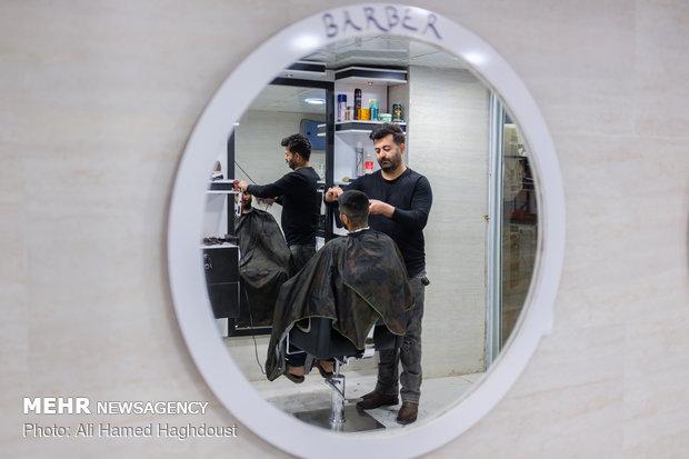 آرش زمانپور که سابقه 15 ساله در حرفه آرایشگری دارد، در بهمن ماه سال 97 با استفاده از تسهیلات خودکفایی و اشتغالزایی کمیته امداد امام خمینی (ره) وام 20 میلیون تومانی دریافت کرده و مغازه خود را در شهرستان مسجدسلیمان گسترش داده است.