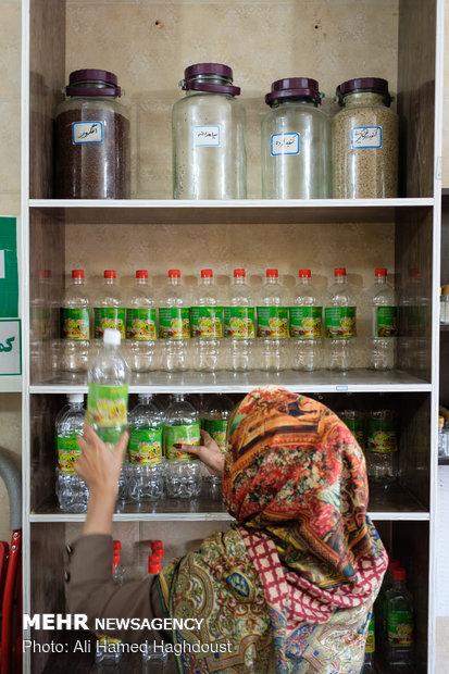 نگین محمدی دانشجوی دکترا در مغازه خواهرش سمیه محمدی در شهرستان مسجدسلیمان مشغول به کار روغن کشی می باشد. سمیه محمدی با استفاده از تسهیلات وام 30 میلیون تومانی از سال 95 برای دو نفر اشتغالزایی کرده است.