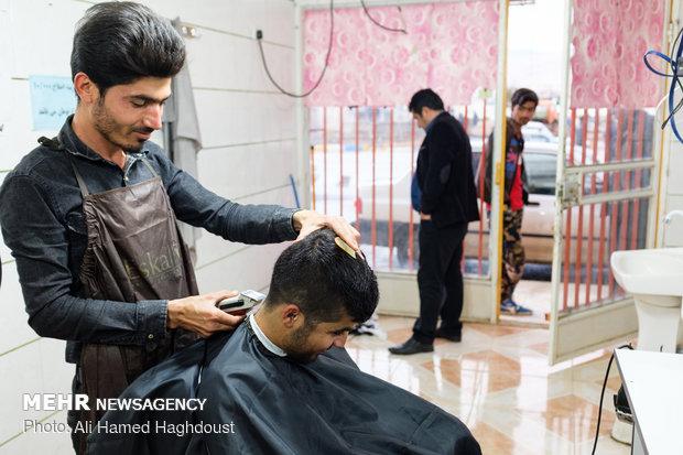 منصور ایهاوندپور با استفاده از تسهیلات خودکفایی و اشتغالزایی کمیته امداد امام خمینی (ره) در سال 95 وام 15 میلیون تومانی دریافت کرده و مغازه آرایشگاه خود را در شهرستان اندیکا تاسیس کرده است.