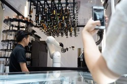 Robotik kollar kahvecilerin yerini alıyor!
